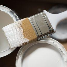 pots de peinture et pinceau
